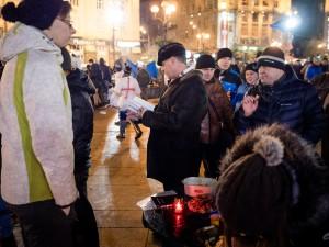 Protestors read Ukrainian New Testament at prayer tent. (photo by Michael Cherenkov)